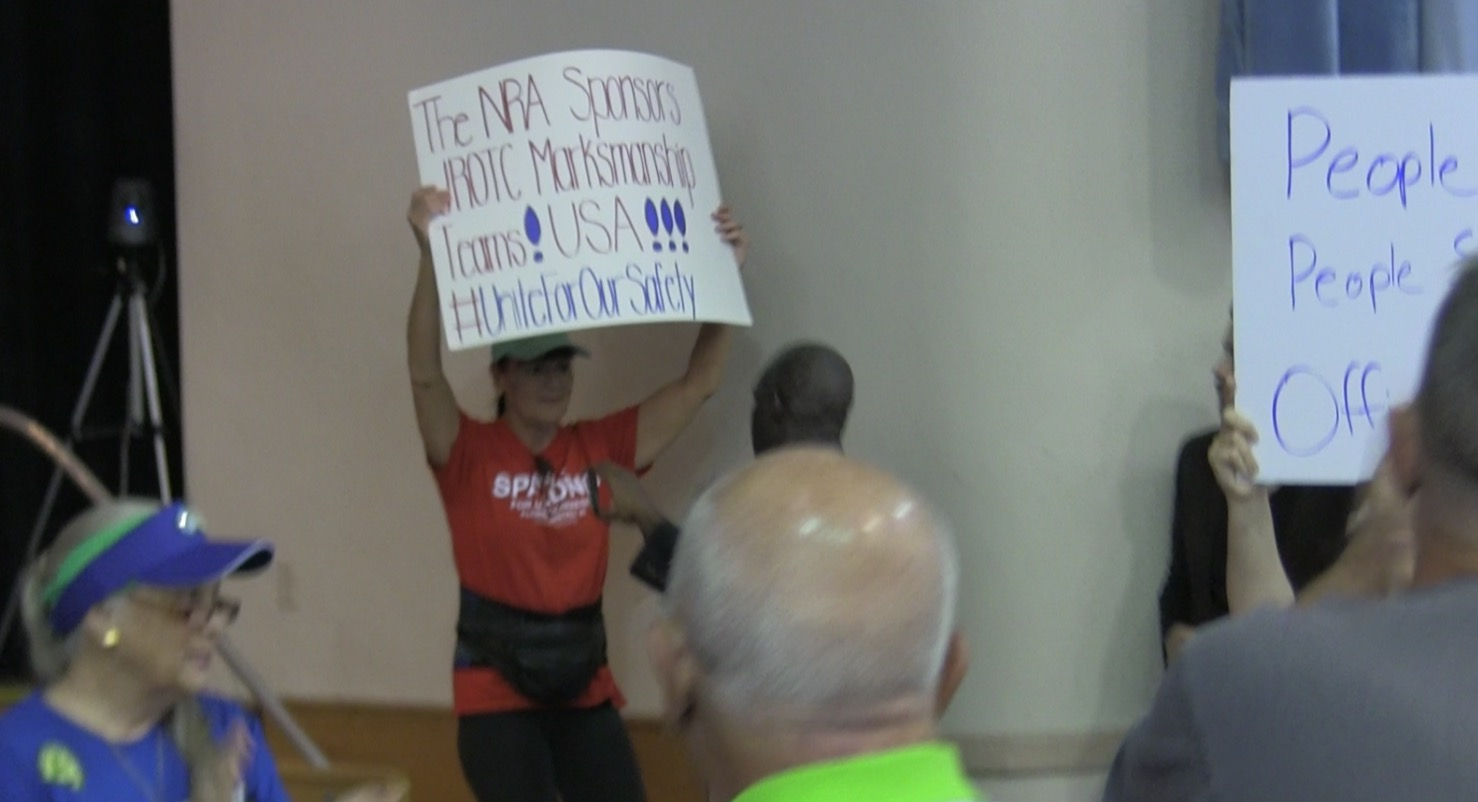 Pro-Gun protestors disrupt Democratic lawmaker's gun violence town hall meeting (Video)